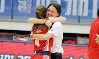 Ana Patrak i Iva Borović slave treće mjesto i plasman u diviziju A (foto: Fibaeurope)